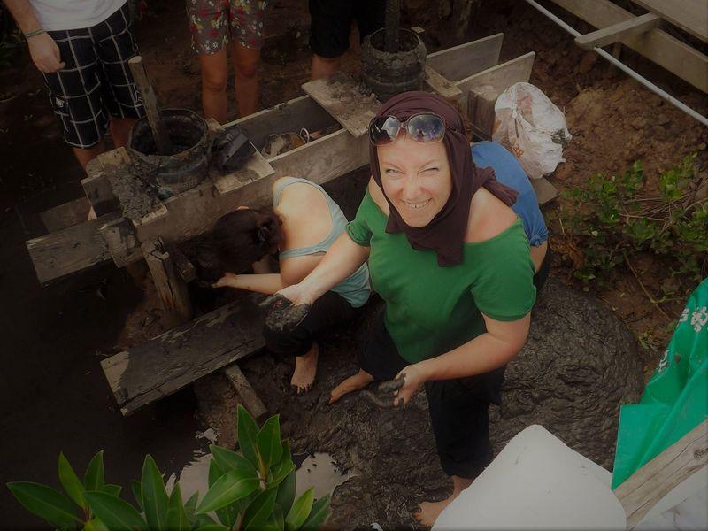 Bea, volt önkéntesünk (Talajelőkészítés a mangrove-magoknak)
